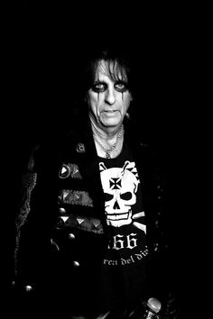 ALICE COOPER.- Was born Vincent Damon Furnier, he is an American rock musician and actor best known by the stage name of Alice Cooper. www.lamarcadeldiablo.com