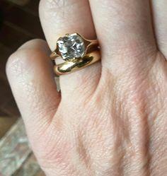 La bague de fiançailles de la grand mère de mon mari, un diamant taille coussin de deux carats environ. De la transmission des témoignages d'amour.