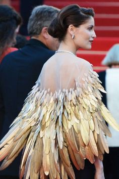 ariel - Laetitia Casta in Christian Dior Couture at the Zulu Premiere, Cannes Film Festival. Cloak, cape with gold feathers. Interesting, maybe as Steampunk inspiration. Laetitia Casta, Christian Dior Couture, Fashion Details, Fashion Design, Fashion Images, Glamour, Moda Fashion, Cannes Film Festival, Mode Outfits