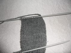 Hjemmelaget: Sokker med gammaldags hælfelling. ( oppskrift) Knitting Socks, Knitted Hats, Knitting Projects, Diy And Crafts, Crochet, Blog, Pattern, Dessert, Threading