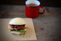 Bao Buns of bacon confit at low temperature with crispy skin and currant sauce, sage, mirin and soy - Strawberry and Pepper Bao Buns, Brunch, Food Decoration, Hand Pies, Pork Belly, Tapas, Hamburger, Sushi, Bacon