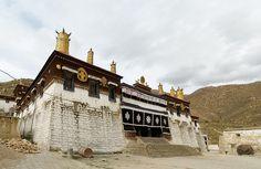 In dem berühmten Nechung Kloster konsultierte der Dalai Lama bei wichtigen Entscheidungen ein mythisches Orakel und das Koster hat deswegen grosse Bedeutung.