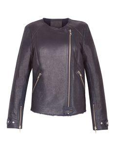 Une veste en cuir bleu nuit: veste en peau lainée, Sandro, 995€