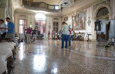 La troupe al lavoro nel salone affrescato di Ca' Marcello