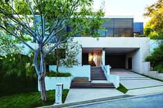 Beautiful modern villa recently completed by Whipple Russell Architects situated in Beverly Hills, California. Cabinet D Architecture, Residential Architecture, Amazing Architecture, Architecture Design, Contemporary Architecture, Design Exterior, Modern Exterior, Facade Design, Exterior Tradicional