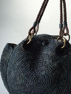 目下、撮影中です^_^ こちらはサンアルシデNOVA BAG。 サンアルシデ定番デザインですが、珍しい円形のかごバックです。 そして、この美しい編み目✨…