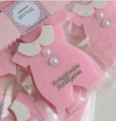 Powder pink baby romper felt magnet Source by Distintivos Baby Shower, Cadeau Baby Shower, Baby Shower Gift Bags, Baby Shower Crafts, Baby Crafts, Baby Shower Parties, Felt Crafts, Baby Decor, Baby Shower Decorations
