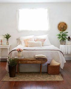 quarto decorado com tons neutros, decoração neutra para quarto casal, banco rústic nos pés da cama