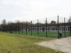 Grote sportkooi met kunstgras. Locatie Lucerna College Houthalen. Onze Basic-uitvoering, met volledig gelaste voetbaldoel-basketbalcombinaties. 20 x 40 meter. Alles zwart gecoat.