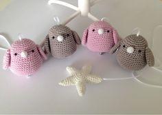 Troetels en zo: GRTIS HAAKPATROON MUZIEKMOBIEL VOGELTJES, , #haken, Nederlands, kraamcadeau, baby Crochet Birds, Crochet Animals, Diy Crochet, Crochet Toys, Baby Mobile, Diy Baby Gifts, Baby Sewing, Hobbies And Crafts, Baby Toys