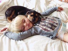 A soneca do caçula da família com o amigo canino inspirou uma série fotográfica repleta de fofura - 1 (© Reprodução Instagram)