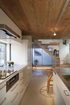 白金の家: アトリエ スピノザが手掛けたキッチンです。