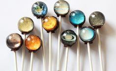 私たちの心を掴んで離さない、ロマン溢れる宇宙や天体の世界。 アメリカのイリノイ州に拠点を置くロリポップ専門メーカー「Vintage Confections」は、小さなキャンディーで壮大な宇宙を表現したユニークな商品を販売しています。 ・これがキャンディー!? マーブル模様の色彩をまとったキャンディーは、ガラス