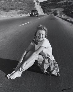 Marilyn Monroe at age 19 sitting in the middle of Pacific Coast Highway, California. taken by Andre de Dienes Marylin Monroe, Pacific Coast Highway, James Dean, Brigitte Bardot, Beatles, Montage Photo, Actrices Hollywood, Pinup Art, Celebrity Gallery