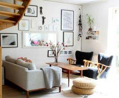 Inspiration de salon dans le style scandinave, coin accueillant et chaleureux tout en étant épuré. Décoration murale : cadres Lien du site : http://deavita.fr/wp-content/uploads/2015/11/table-basse-style-scandinave-plateau-rangement-poufs-sisal-d%C3%A9co-murale.jpg