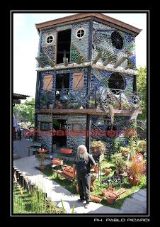 Strong - weatherproof & a great recycle project! Plastic Bottle House, Plastic Bottle Greenhouse, Reuse Plastic Bottles, Plastic Bottle Crafts, Recycled Bottles, Glass Bottles, Recycled House, Tropical Backyard, Bottle Wall