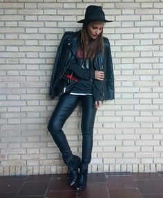 Tras la pista de Paula Echevarría » DAY & NIGHT. Black sweatshirt with print+black leather look+black ankle boots+black moto leather jacket+black bucket bag with red embroidery+black hat. Fall Casual Outfit 2016