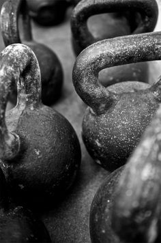 Crossfit kettlebell - Black & white photography - training muscles strength health - menswear bayse luxe activewear