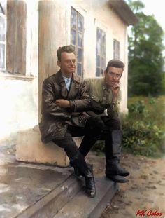 Witold Pilecki (po lewej) ze znajomym Aleksandrem Żeligowskim na gangku dworu w Sukurczach rok 1930. Poland Ww2, Land Mine, Colour Images, 2 Colours, Short Film, Alter, World War, Wwii, Famous People