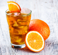 Homemade iced tea is a refreshing drink, especially on hot summer days! These homemade flavored tea recipes give you a lot of variety for tasty variations! Kombucha Flavors, Kombucha Tea, Organic Kombucha, Smoothie, Homemade Iced Tea, Grapefruit Recipes, Orange Tea, Cold Ice, Drink Photo