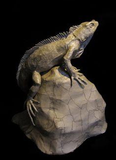 Papier Mache Green Iguana hergestellt aus nur Pappe, Elmers Klebstoff und Heißkleber. Aufwändig handgefertigt und versiegelt für Schutz (aber bitte vermeiden Sie die Gefährdung durch Wasser). Geeignet für die Platzierung auf einen Tisch, Schreibtisch oder niedrigen Regal.  Relativ leicht und Messungen sind ca. 21 x 21 x 18 . Diese Skulptur ist eine von der Art und versandbereit in 1-3 Werktagen.