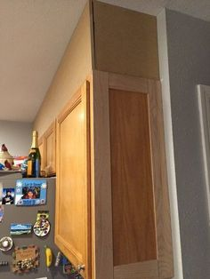 Builder+Grade+Kitchen+Makeover Our kitchen had builder grade cabinets that didn't go all the way to the ceiling. diy makeover How to Make a Builder Grade Kitchen Makeover DIY Home Design, Küchen Design, Kitchen Island Makeover, Kitchen Redo, Kitchen Ideas, Kitchen Tips, Cheap Kitchen, Navy Kitchen, 1960s Kitchen