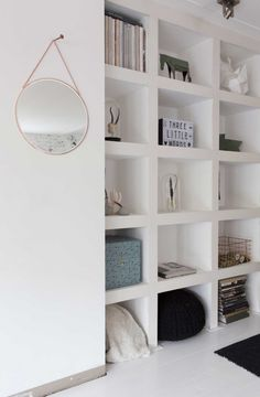 witte vakkenkast met stolpen   white closet   vtwonen 01-2017   Fotografie en styling Romy van Leeuwen   Tekst Jan Willen Papo