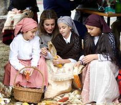 Los príncipes de Asturias conviven con niños del Pueblo de Bueño