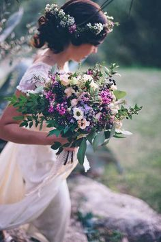 Many brides think that wildflower wedding bouquets are only for the boho brides, we disagree! The natural beauty of wildflowers means you can use them for most wedding themes.