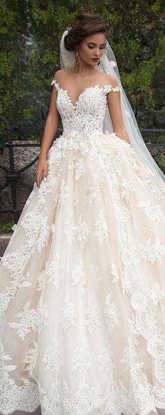 Esta novia es muy hermosa y me gusta su traje de novia. Quiero la mía como la suya.
