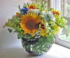 Wild Flowers Meadow Flowers, Wild Flowers, Sunflowers, Flower Arrangements, Wedding Flowers, Glass Vase, Wedding Ideas, Chic, Floral