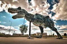 Dinosaure - John Lopez est un Sculpteur originaire du Dakota du Sud, qui réalise de somptueuses Sculptures Grandeur Nature avec de la Ferraille et autres Outils Agricoles.