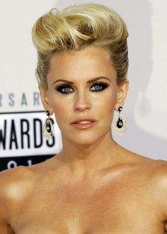 Jenny McCarthy always knows how to looks sexy and seductive when it comes to red carpet events. Seen in this picture with a gorgeous pompadour thrown back so casually yet still looking elegant. Short Hairstyles For Women, Summer Hairstyles, Trendy Hairstyles, Wedding Hairstyles, Pixie Hairstyles, Blonde Updo, Blonde Pixie, Dark Blonde, Jenny Mccarthy