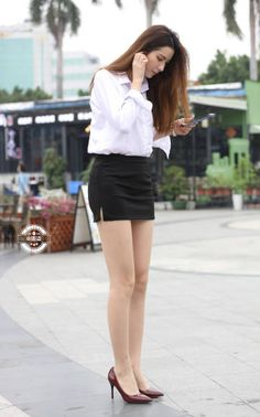 More photographs of young Far East Asian ladies wearing extremely tight skirts - this time showcasing the tight skirt style of Asian office . Beautiful Young Lady, Beautiful Legs, Gorgeous Women, Cute Asian Girls, Beautiful Asian Girls, Girls In Mini Skirts, Pleated Mini Skirt, Sexy Girl, In Pantyhose