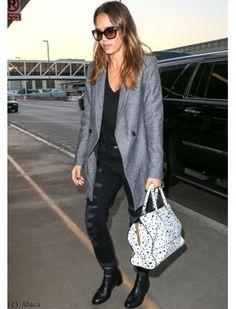 Jessica Alba en look masculin-féminin