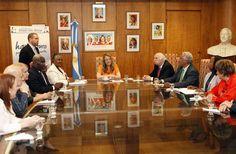 """""""Seguiremos acompañando a Haití en la transformación de su realidad"""". Lo expresó esta tarde Alicia Kirchner, durante la reunión que mantuvo con una delegación de Haití, en el marco del intercambio que implementa el programa Pro-Huerta de la cartera social."""