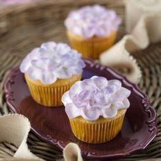 Touch of Violets - Wilton cake decorating idea. Make cupcakes an especially pretty treat this spring by piping a flower petal design. Accent the petals using Wilton Color Mist food color spray. Mini Cupcakes, Cupcake Mix, Cupcake Cakes, Flower Cupcakes, Mocha Cupcakes, Gourmet Cupcakes, Strawberry Cupcakes, Easter Cupcakes, Decorated Cookies