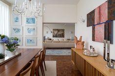 Apartamento amplo repleto de obras de arte e cores sóbrias (Foto: Evelyn Müller / divulgação)