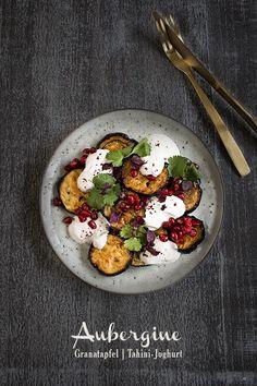 {Quick Weekday Dinner} Lauwarme Auberginen aus dem Ofen mit Granatapfel, Tahini-Joghurt und frischen Kräutern.