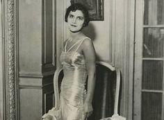 Αλίκη Διπλαράκου (1912 – 1993) Woman Face, Greek, High Neck Dress, Beautiful Women, Statue, 1930, Faces, Fashion, Good Looking Women