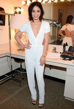 Look de Vanessa Hudgens com macacão branco e sandália preta.