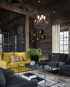 Un canapé jaune fait la différence dans un chalet en Norvège - PLANETE DECO a homes world Modern Cabin Interior, Modern Lodge, Chalet Interior, Interior Design, Rustic Modern, Home Interior, Dark Interiors, Cottage Interiors, Beautiful Interiors