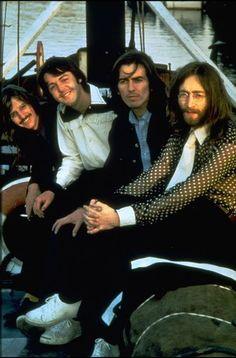 Bueno, ahora les traigo la segunda parte de fotos raras de Los Beatles, espero que disfruten todas y cada una de las imágenes que incluyo aquí. Entonces, continuemos. Fotos....