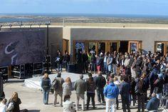 Buzzi inauguró la temporada de pingüinos y confirmó el Predio Ferial de Trelew http://www.ambitosur.com.ar/buzzi-inauguro-la-temporada-de-pinguinos-y-confirmo-el-predio-ferial-de-trelew/ Fue este domingo en Punta Tombo, al que llegó gran cantidad de visitantes. El Gobernador indicó que el centro de exposiciones, en la ex Lanera Austral, podrá albergar al dinosaurio más grande el mundo, cuyos fósiles fueron hallados en Chubut.     De manera complementaria se firmó el