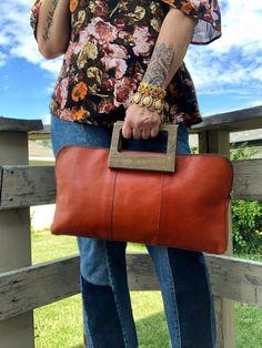 Vintage Leather Tote Wood Handle #retro #vintage Vintage Wood, Vintage Leather, Retro Vintage, Fall Bags, Vintage Wardrobe, Vintage Purses, Wooden Handles, Leather Purses, Purses And Bags