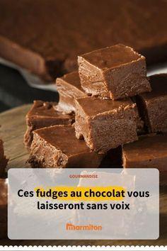 Fudge au chocolat, une confiserie anglo-saxonne très gourmande à déguster en mignardise, pour le goûter ou avec un café #fudge #mignardise #bonbon #recette #marmiton