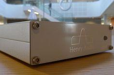 LYDMAGI: Henry Audios USB-DAC 128 mkII har kanskje ikke utseendet med seg, men lyden imponerer stort. (Foto: TORE NESET)