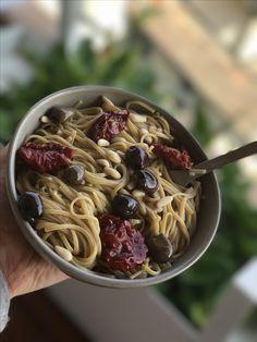 Soba con pomodorini secchi e olive taggiasche in salsa di miso bianco... il mediterraneo incontra l'Oriente