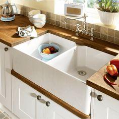 white kitchen with butler sink Ceramic Kitchen Sinks, Best Kitchen Sinks, New Kitchen, Cool Kitchens, Kitchen Ideas, Kitchen Decor, Kitchen Taps, Awesome Kitchen, Kitchen Small