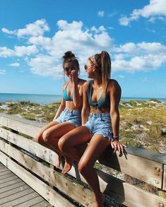 Looking for new ideas for beach photos? Here are some beach photos to give you inspiration for your next trip Tumblr Beach Photos, Beach Tumblr, Cute Beach Pictures, Photos Bff, Cute Friend Pictures, Funny Beach Pics, Creative Beach Pictures, Sister Beach Pictures, Beach Instagram Pictures